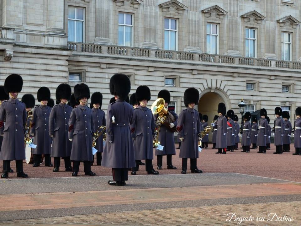A troca de guarda em frente ao Palácio Buckingham.