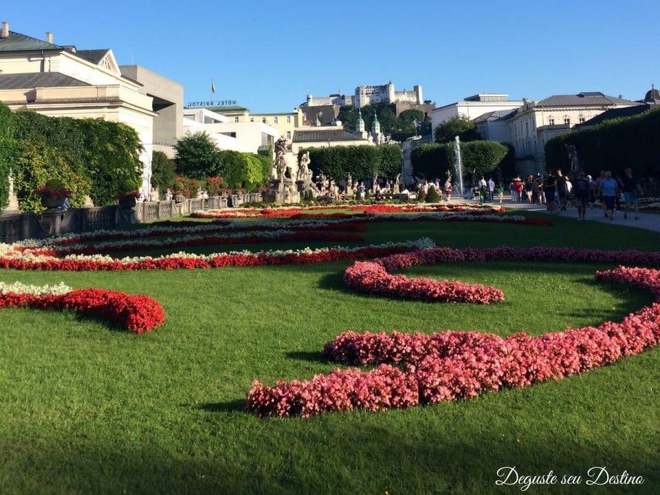 Jardim Mirabell com a Fortaleza de Salzburgo ao alto ao fundo da foto.