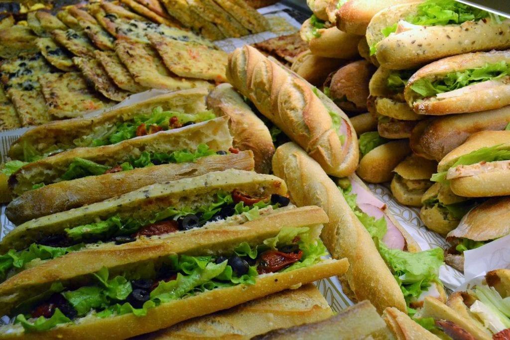 Sanduíche com pão baguete francês. Fonte: Guide du Gout.