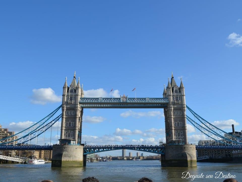 Passeio de barco com a Tower Bridge ao fundo (vista do passeio de barco).