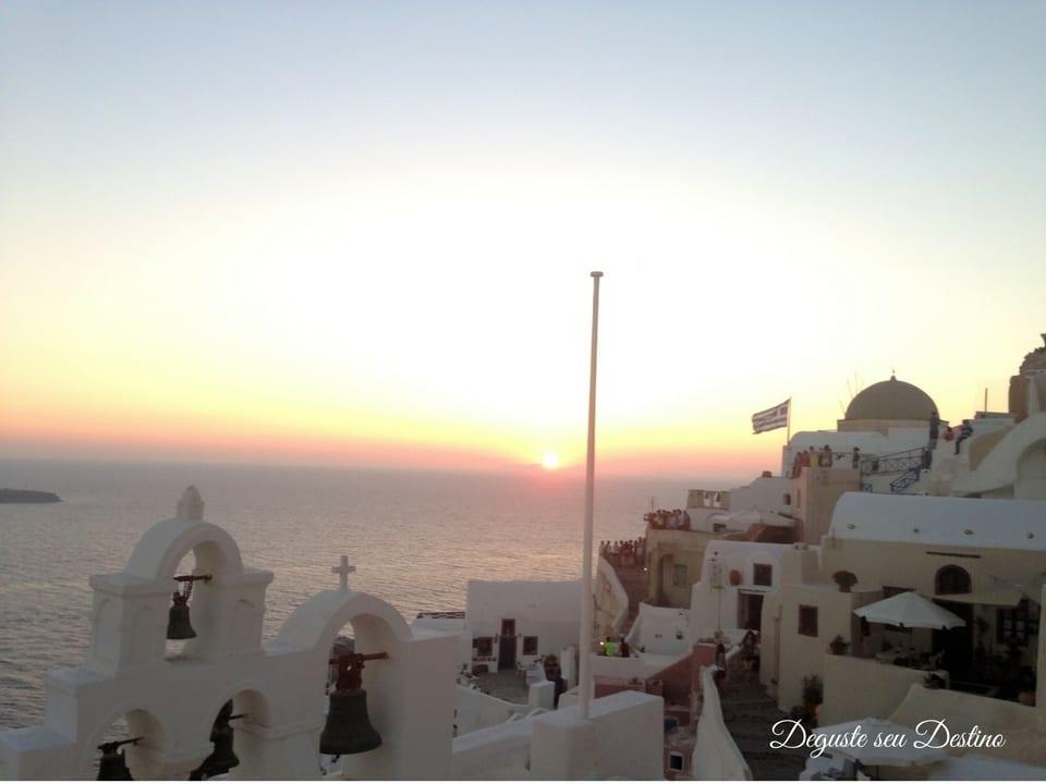 O famoso pôr-do-sol na cidade de Oía na ilha de Santorini.