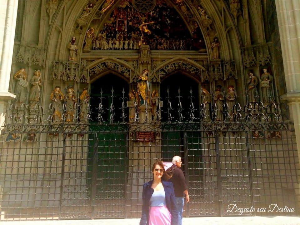 Lindos detalhes da porta da catedral de Berna.
