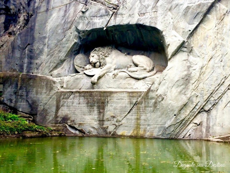 Monumento tocante do leão.