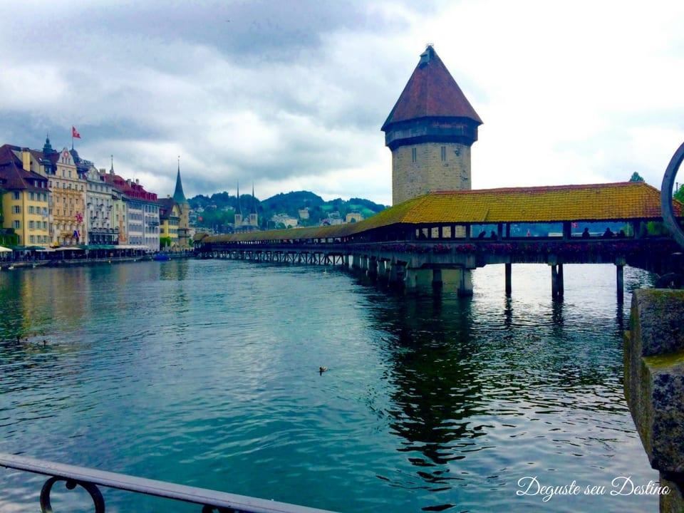 A linda e antiga ponte Kapellbrücke que acabou virando símbolo da cidade de Lucerna.