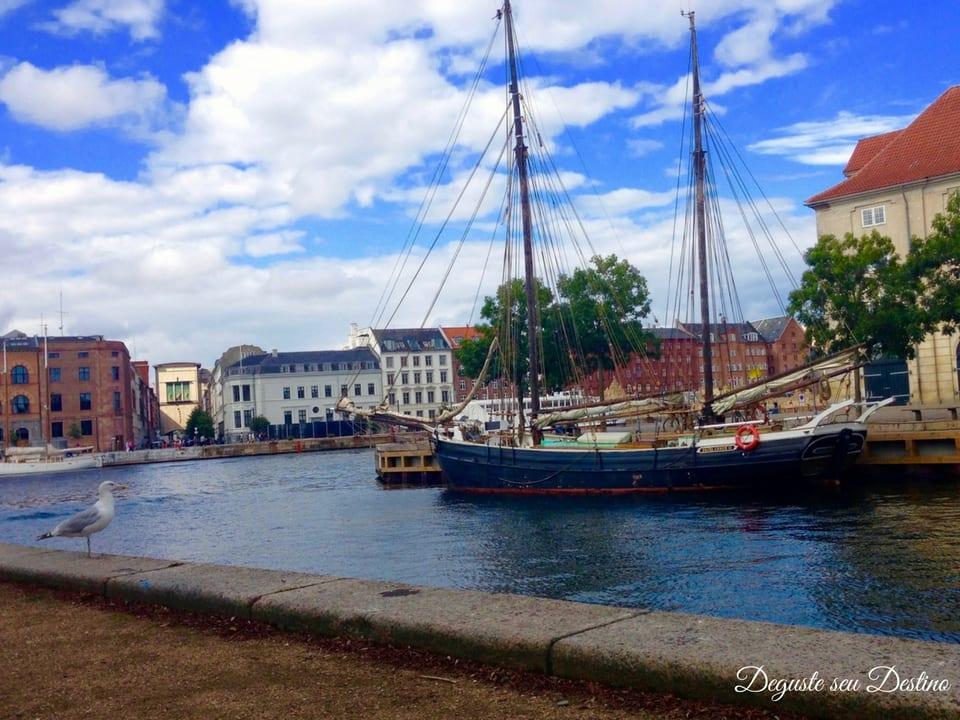 Um dos tantos lindos canais de Copenhague.