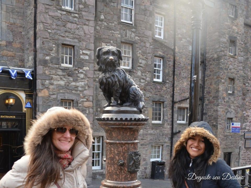 Eu e minha prima com a estátua do fiel Bobby.