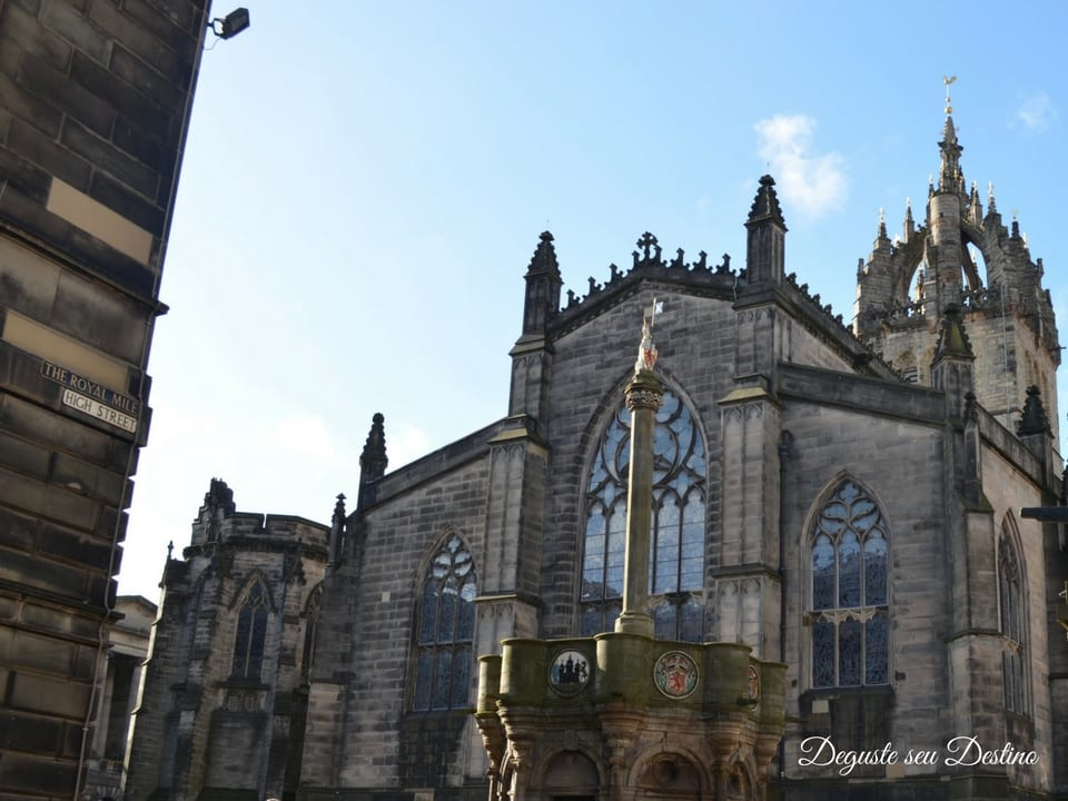 Mercat Cross e a Catedral St. Giles ao fundo.