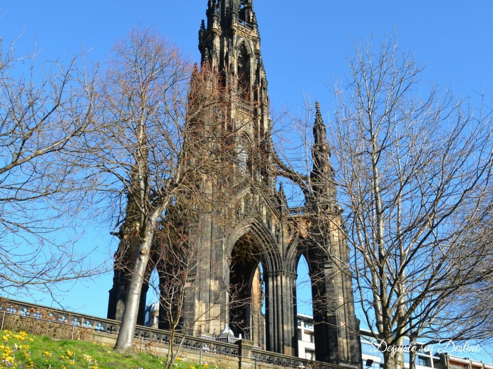 Monumento Scott Monument visto de outro ângulo.