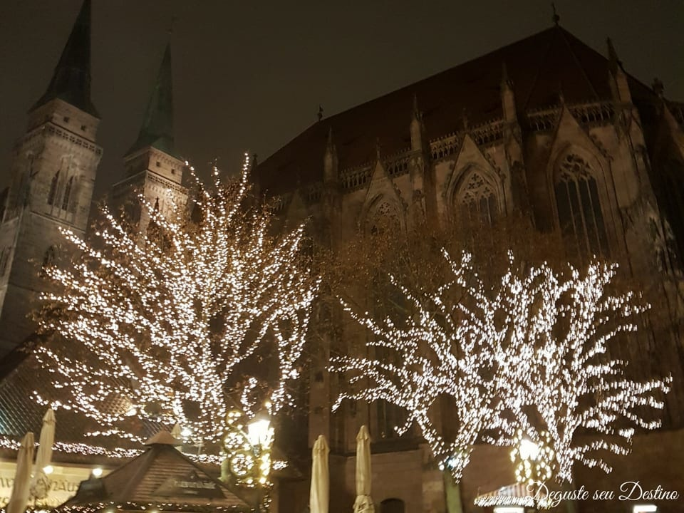 A cidade fica toda decorada para o Natal.