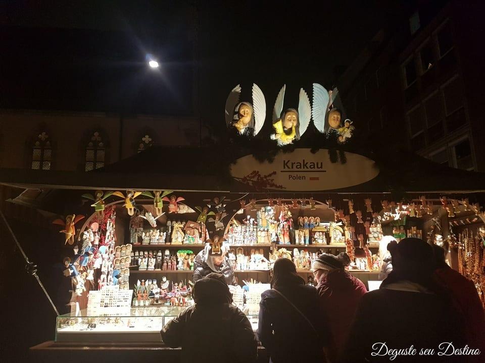 Em Nuremberg, há um espaço para mercadinhos de Natal artesanal de outros países, então eles vendem artigos artesanais típicos de cada país a ver com o Natal ou não. Esse da foto é da Polônia.