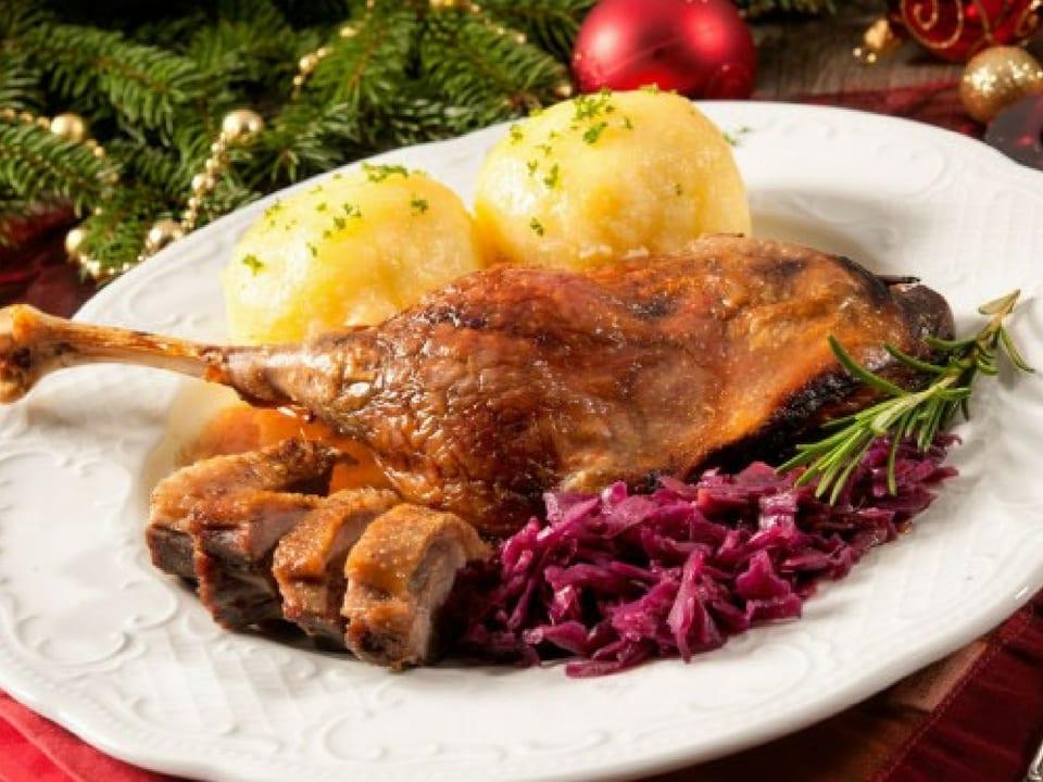 Um dos pratos que são servidos na ceia de Natal alemã: pato com repolho roxo e Knödel. Fonte: Shoop.de