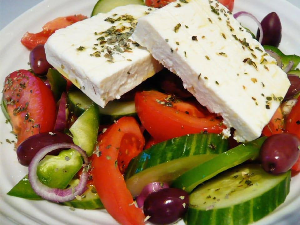Queijo Feta com salada grega.